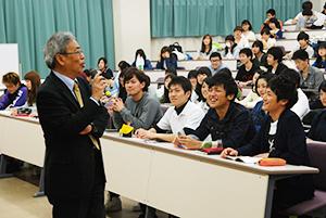 学生たちに楽しく講義する三上部長