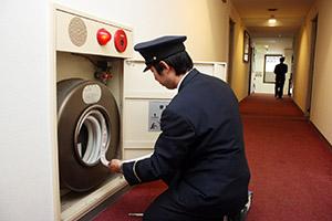 消火設備の査察を行う消防職員(写真はイメージ)