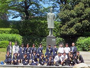 和歌山市が生んだ陸奥宗光の像の前で