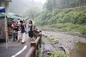 貴志川沿いにもブースがずらり