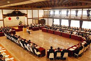 席の配置も当時のまま再現して開かれた本会議