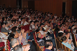立候補予定者の集会に出席した支持者ら(和歌山市内)