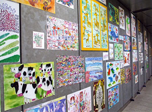 中之島駅に展示されている作品(ほっとチョコレート提供)