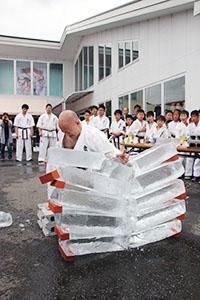 黒岡支部長の手刀が氷の板を砕いた