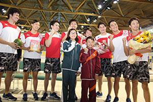 地元小学生と共にリオ五輪へ気合を込める「トビウオジャパン」