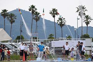 一斉に発射される水ロケット