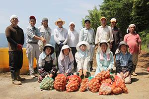 ジャガイモを収穫したメンバー
