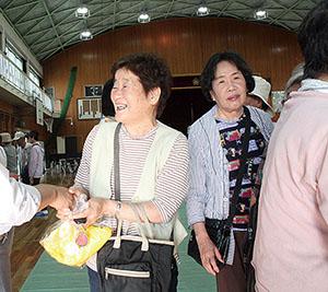 候補者と握手を交わす支持者