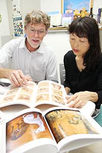 天井絵の資料を見る加藤教授㊨とワーンさん
