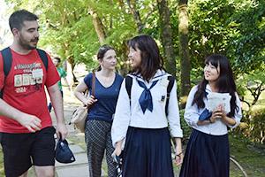 星林高生と和やかに散策する訪問団メンバー