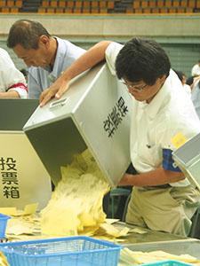 開票作業を行う職員(和歌山市)
