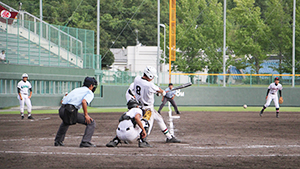 10回表、左前に適時打を放つ吉田