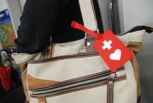 十字とハートが目印、赤いヘルプマーク