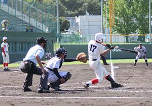 1回裏、1、2塁で左本塁打を放つ文元(智弁)
