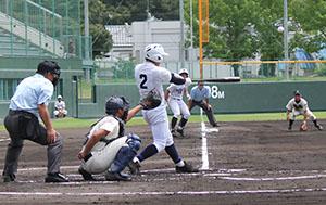 1回、1死満塁で左犠飛を放つ中澤海(和歌山東)