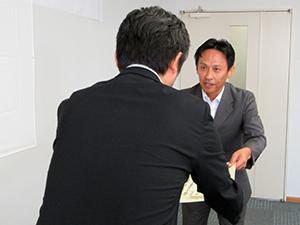 寺沢所長㊧から表彰状を受け取る受賞者