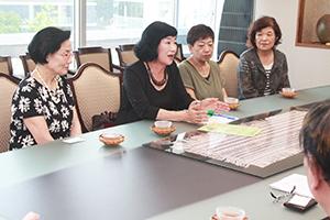 活動への思いを話す岡代表(左から2人目)