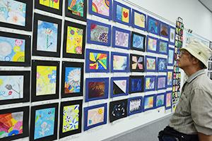 会場一面に並ぶ中学生の作品