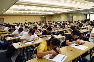 計算に集中する生徒ら