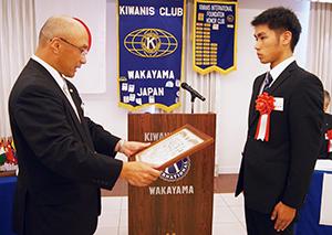 岩橋会長㊧から表彰を受ける具路部長