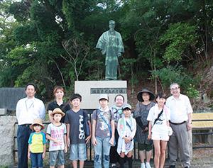 学習会に参加した子どもたちと福田さん㊨