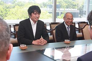 答申内容を説明する足立会長㊧と仁藤伸昌副会長