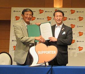 協定書を手にする仁坂和歌山県知事㊧と平井鳥取県知事