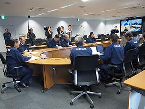 仁坂知事㊧らが首相官邸と3県を結ぶテレビ会議に臨んだ