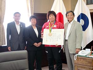 県庁を訪れた山部選手(左から3人目)と薪谷コーチ(同2人目)