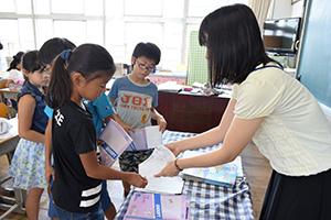 夏休みの宿題を提出する児童