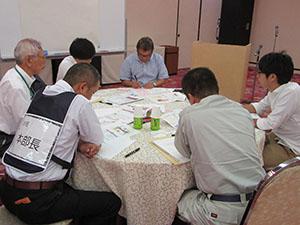 訓練で事業継続を話し合う参加者ら