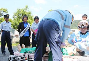 救急処置訓練を見学する松島さん(左から2人目)