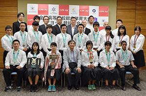 3位以上に入賞し、仁坂知事を訪問した高校生ら