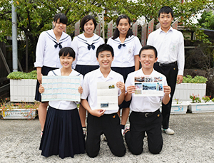 木山中から届いた手紙を手にする東和中生徒会
