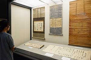 展示されている(左から)吉宗、光貞、頼宣の書状