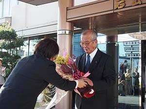 花束を受け取る中芝市長㊨