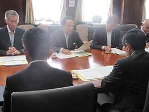 仁坂知事(手前右)に勧告する守屋委員長(中央)