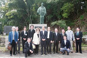 陸奥の顕彰に取り組む有志らと銅像前で記念撮影