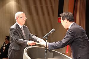 尾花市長㊨から表彰を受ける寺本さん