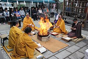 護摩をたいて供養する僧侶ら