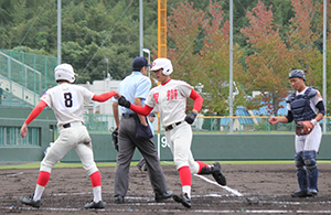 3回、2打席連続となる本塁打を放ち、本塁生還する林