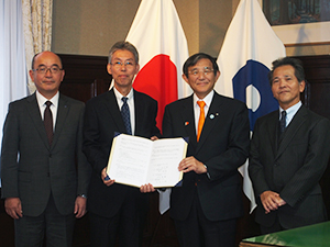 調印した柴田副理事長、田谷理事長、仁坂知事、浦木理事長(左から)