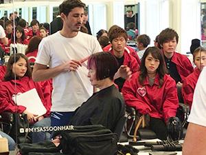 カットについて学ぶ生徒たち(和歌山高等美容専門学校提供)