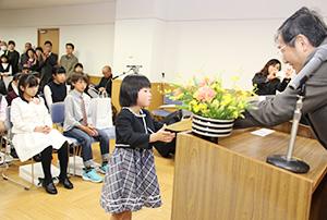 仁坂知事㊨から表彰を受ける田原さん
