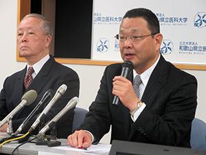 記者会見する山上教授㊨と會田代表