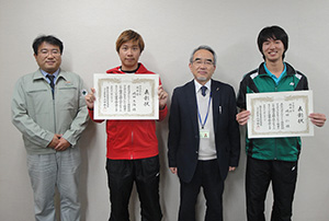 受賞を喜ぶ(左から)綱島教授、嶋田大海さん、角田校長、嶋田仁さん