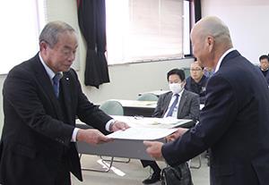 達成チームに表彰状を贈る川嶋支部長㊨