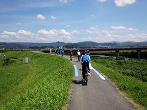 貴志川沿いを走るサイクリストたち(県提供)