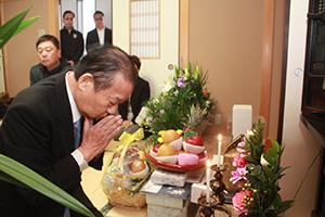 仏壇に手を合わせ報告する二階幹事長