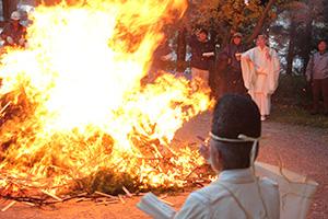 護摩木で大きな火が上がった神事